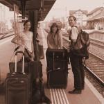 Mit Harfe, Violine, Rucksäcken und drei Koffern am Bahnhof Bubikon