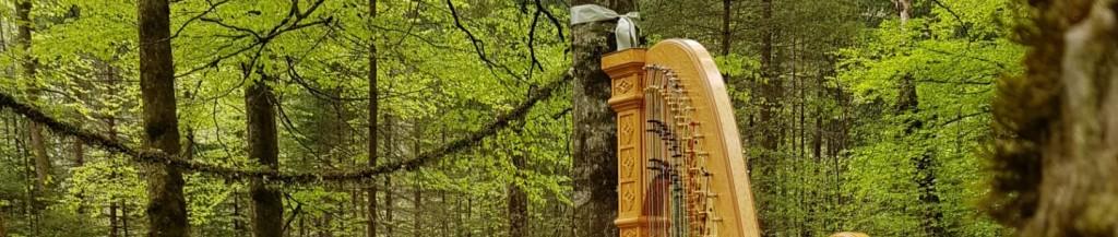 Harfensäule inmitten von Bäumen und Ästen